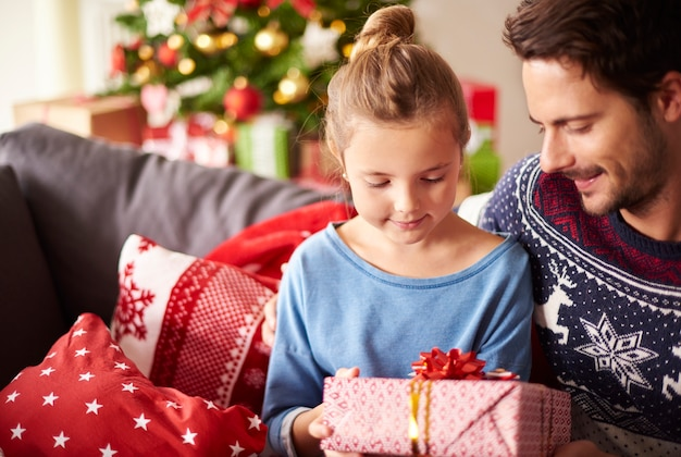 Compartilhando presentes de natal com o papai