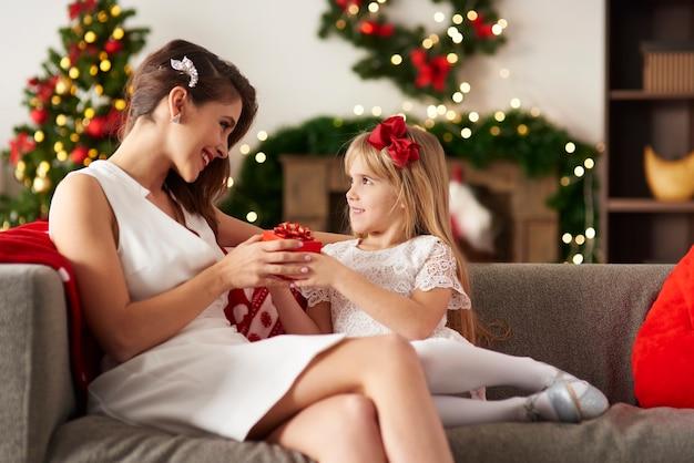 Compartilhando presentes de natal em casa