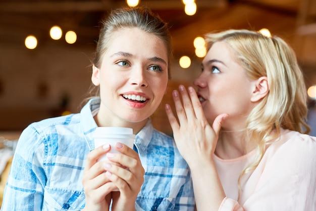 Compartilhando segredo com o melhor amigo