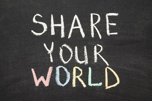 Compartilhe sua frase mundial escrita à mão no quadro negro da escola