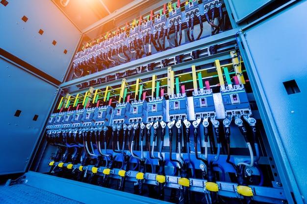 Compartimento de equipamento elétrico em uma subestação transformadora completa