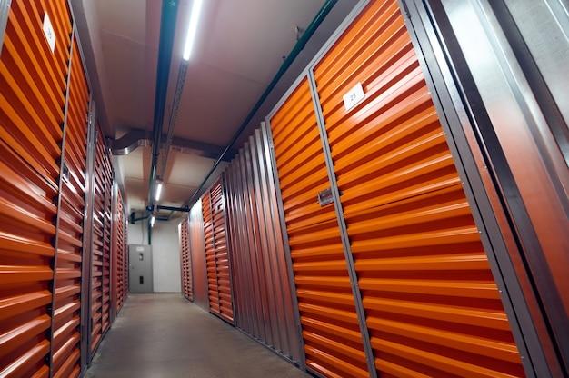 Compartimentos de armazenamento em garagem fechada e segura no armazém
