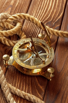 Compasso e corda na mesa de madeira. fechar-se