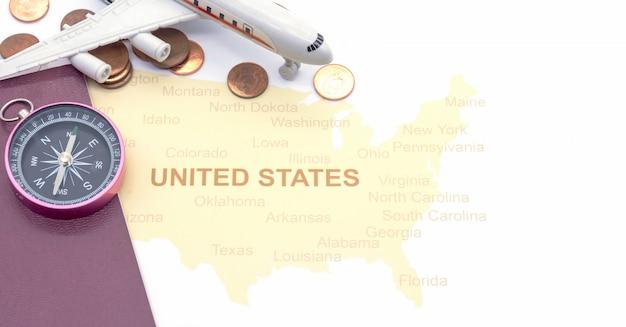 Compasso e moedas do passaporte em um mapa americano. conceito de viagens de negócios