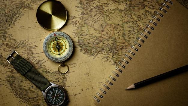 Compasso velho no mapa antigo.