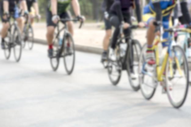 Competição de ciclismo, atletas de ciclismo numa corrida a alta velocidade
