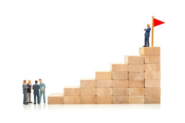Competição nos negócios conceito de como atingir uma meta e contornar os empresários concorrentes