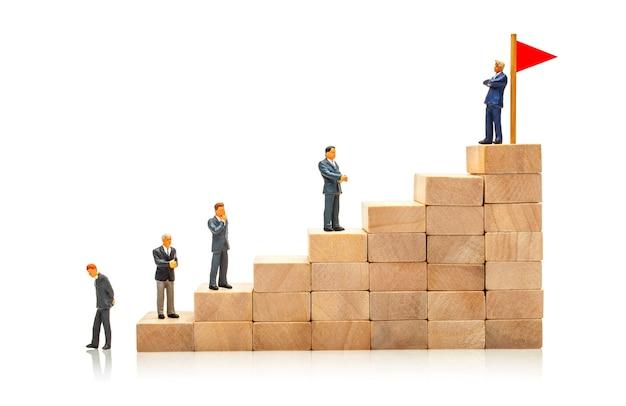 Competição nos negócios conceito de como atingir uma meta e contornar um concorrente