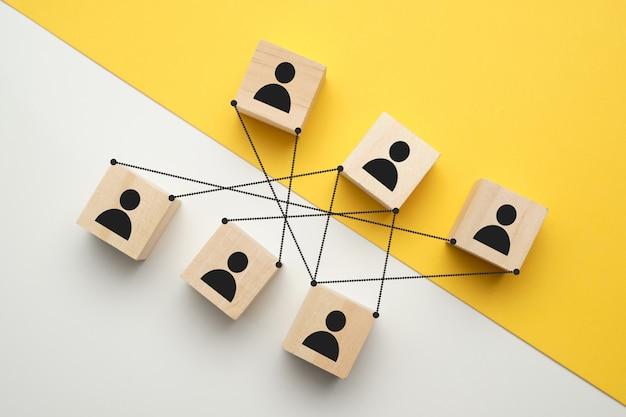 Competições no trabalho - abstraia pessoas em cubos com laços.
