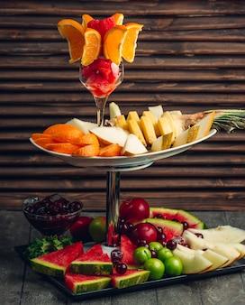 Compilação de frutas diretamente sobre a mesa