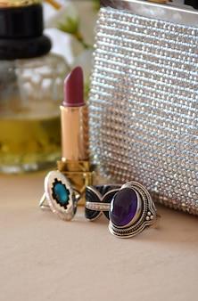 Complementos para mulheres, compostos de bolsas, composição, óculos de sol e jóias