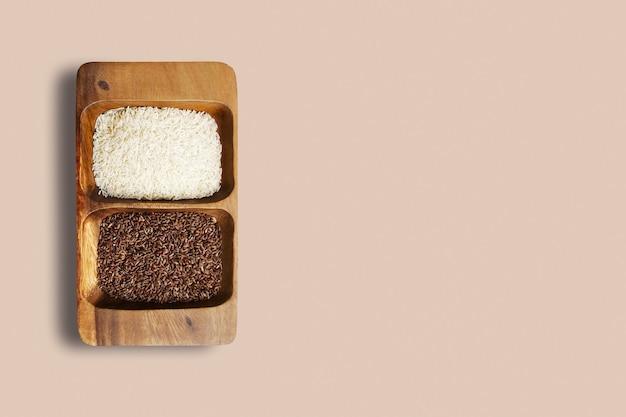 Completar vista de arroz glutinoso em uma tigela de madeira, isolada no fundo branco.