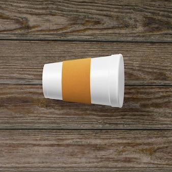 Complete a vista da xícara de café com a alça de papel isolada no fundo de madeira.