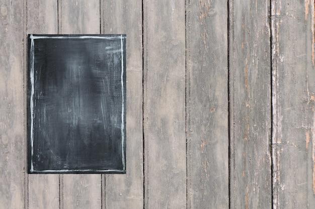 Complete os menus de comida de quadro negro na mesa vintage de madeira escura. adicionado espaço de cópia para texto, adequado para seu fundo de conceito de comida ou bebida.