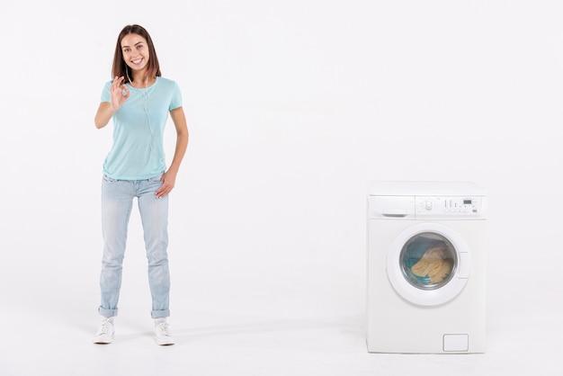 Completo, tiro mulher, expressar, aprovação, com, lavadora roupa