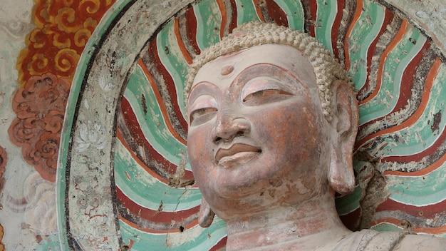 Complexo da caverna-templo de maijishan na cidade de tianshui, província de gansu, china. uma montanha com cavernas religiosas na rota da seda