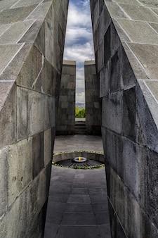 Complexo monumental memorial do genocídio armênio com fogo queimando no meio