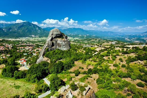 Complexos de formações rochosas de meteora de mosteiros na grécia