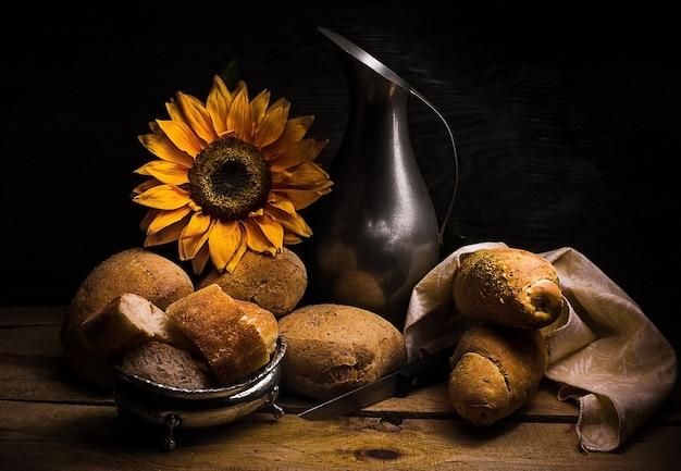 Compo com formas de pão e jarro vintage