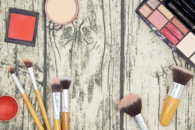 Compõem e cosméticos produtos de beleza em fundo de madeira de mesa.