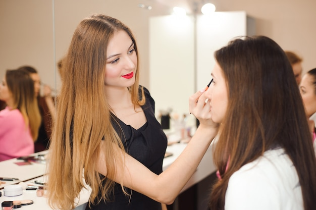 Compõem o artista fazendo maquiagem profissional de jovem.
