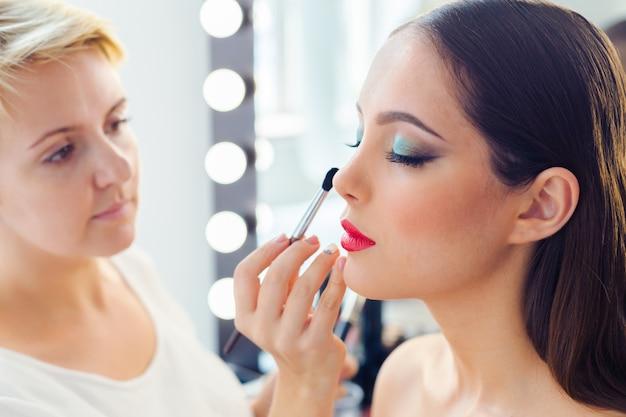 Compõem o artista fazendo maquiagem profissional de jovem