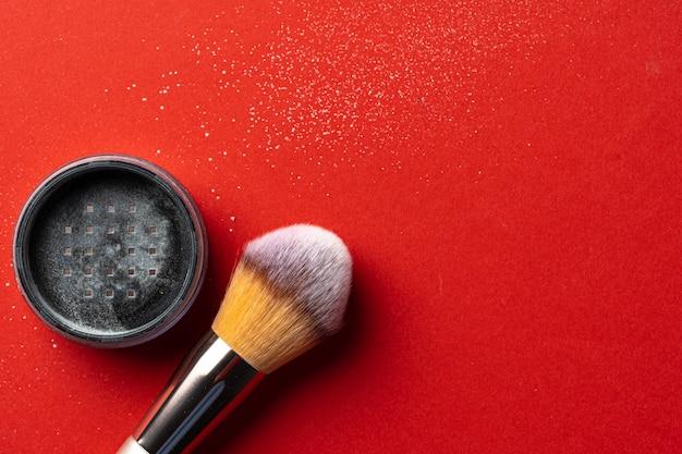 Compõem produtos e cosméticos em fundo vermelho.