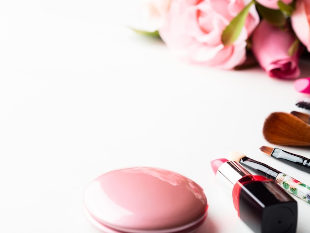 Compõem produtos e ferramentas com flores rosas em branco