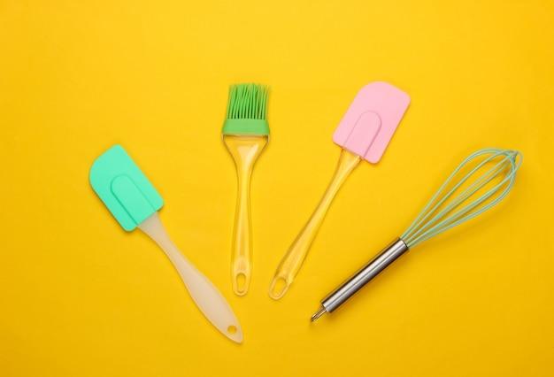 Compoisition plana leiga de utensílios de cozinha em amarelo. minimalismo.