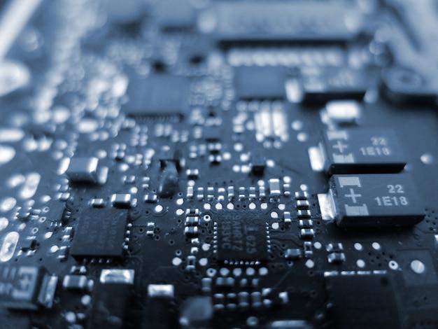 Componente de chip eletrônico na placa de circuito impresso azul