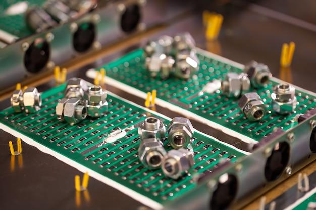 Componentes de metal e microcircuitos ficam em compartimentos de metal durante a produção de caixas de futuros supercomputadores poderosos com vídeo frutas. produção de conceito de computadores de mineração especializados