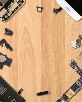 Componentes de smartphone em fundo de madeira