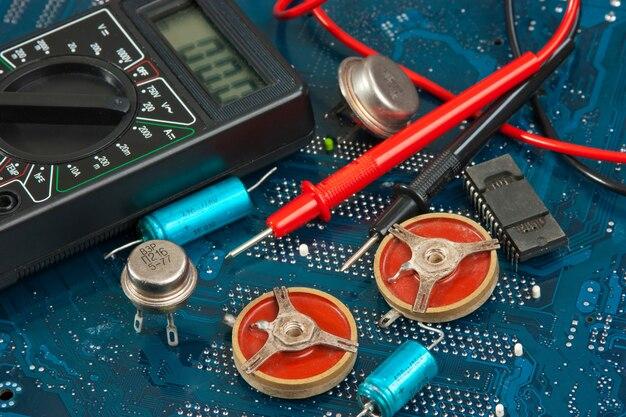 Componentes eletrônicos antigos na placa de circuito impresso