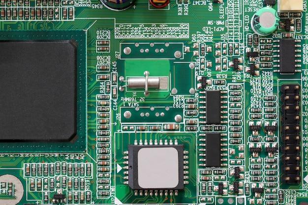 Componentes eletrônicos do soquete na placa mãe do computador.
