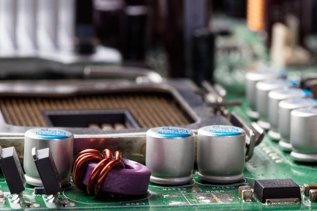 Componentes eletrônicos na placa-mãe