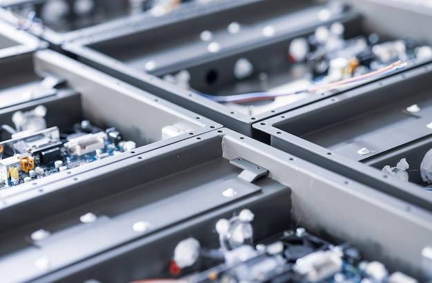 Componentes metálicos e espaços em branco de microcircuitos em laboratório