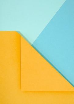 Composição abstrata com papéis coloridos