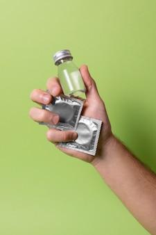 Composição abstrata de saúde sexual com preservativo