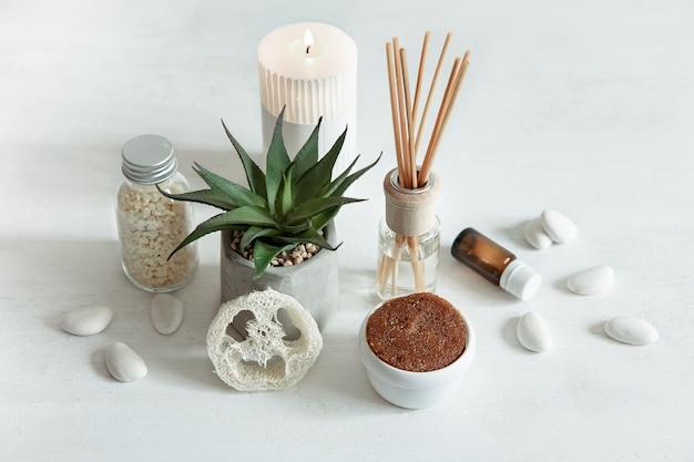Composição aconchegante com bastões de incenso para perfumes internos e produtos de saúde e beleza.