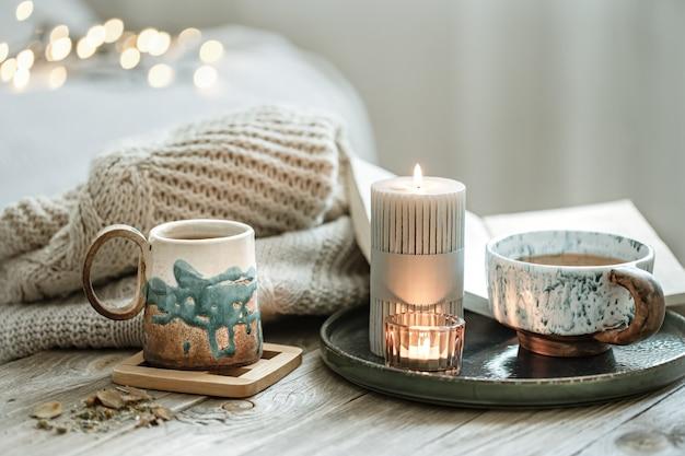 Composição aconchegante com xícaras de cerâmica e velas