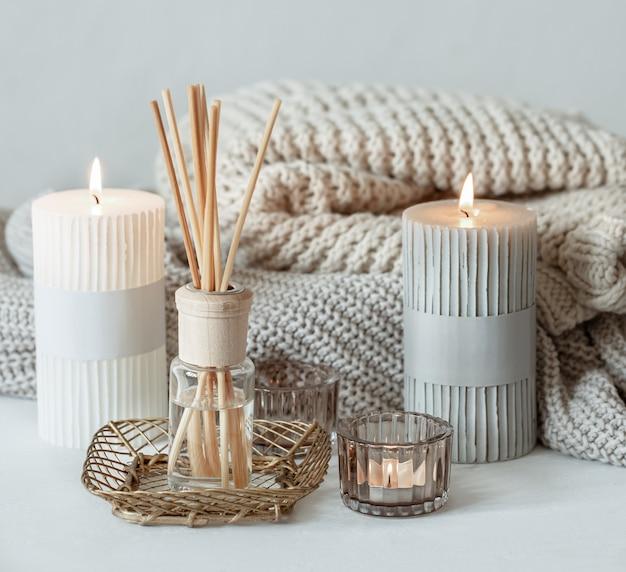 Composição aconchegante em estilo escandinavo com detalhes decorativos para o lar.
