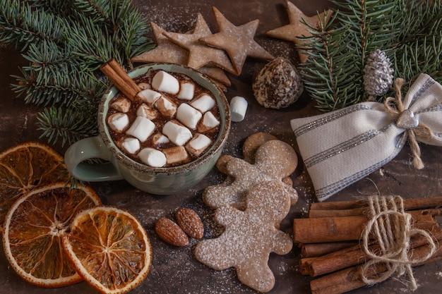 Composição atmosférica de natal ou ano novo com uma xícara de cacau com marshmallow de pão de mel