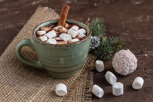 Composição atmosférica de natal ou ano novo com uma xícara de cacau com marshmallows