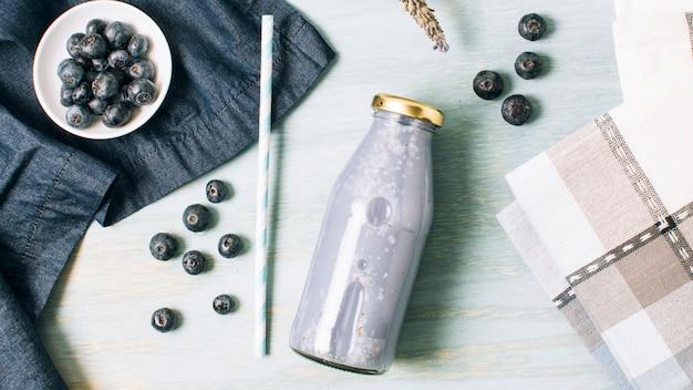 Composição azul com smoothie de mirtilo