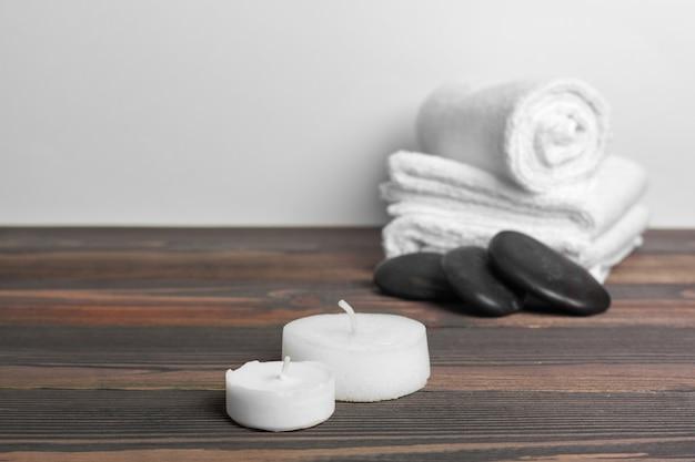 Composição bonita spa na mesa de madeira