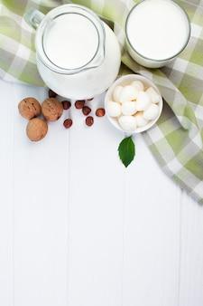 Composição branca de leite com fundo de madeira