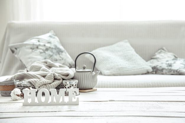 Composição caseira aconchegante com bule, peças de tricô e detalhes de decoração escandinava