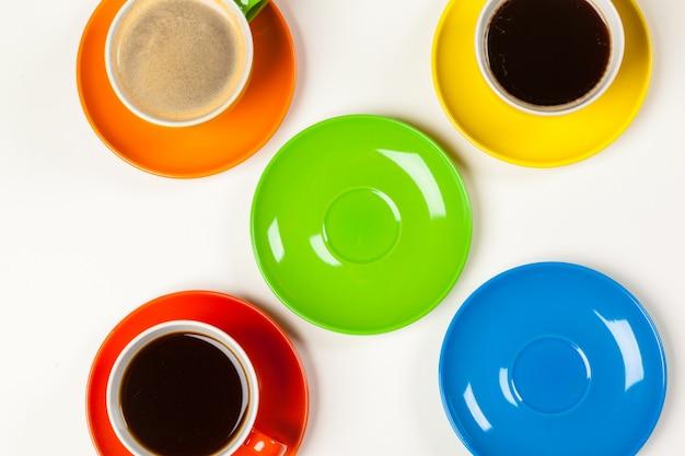Composição colorida brilhante de xícaras de café