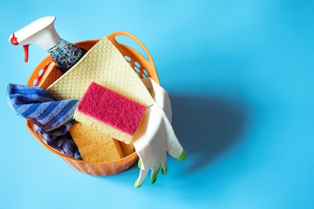 Composição colorida com um conjunto de esponjas de limpeza brilhantes e agente de limpeza. conceito de serviço de limpeza.