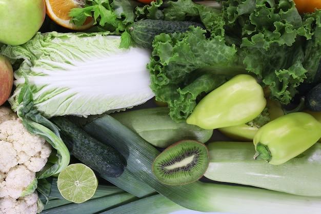 Composição colorida de frutas e vegetais, close-up